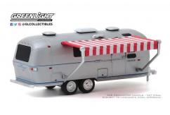 Greenlight 1/64 1972 Airstream Double-Axle Land Yacht Safari image